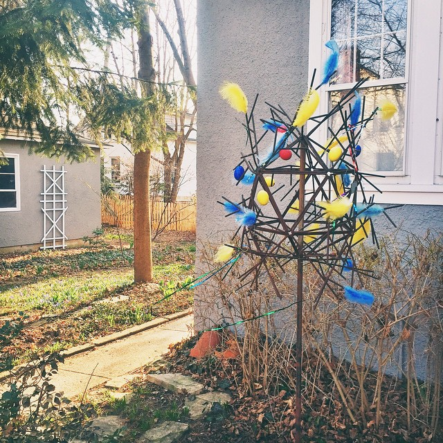 So pretty!!! My neighbors are riding the paskris Easter tree…